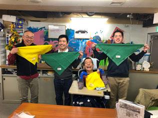 シーホースの仲間の丸岡さん父子と。黄色いスカーフは「助けて!」緑は「助けます!」を表しています。