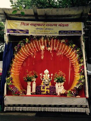 Eine für Ganesha errichtete Bühne in Koregoan Park. Das Swastika steht im Hinduismus, Jainismus und Buddhismus für Glück und Schutz.