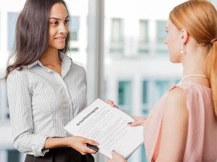 Mitarbeiter können auch dann ein Arbeitszeugnis verlangen, wenn sie noch im Unternehmen sind. Das gilt etwa, wenn der Chef wechselt oder sie in Elternzeit gehen. Foto: Monique Wüstenhagen