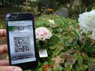 QR-Code am Grab der DDR-Bürgerrechtlerin Bärbel Bohley auf dem Dorotheenstädtischen Friedhof in Berlin. Foto: Stephanie Pilick