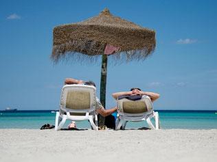 Ob aus dem Internet oder dem Reisebüro: Pauschalreisen können sich künftig auf einheitliche Regeln verlassen. Foto: Julian Stratenschulte/Archiv