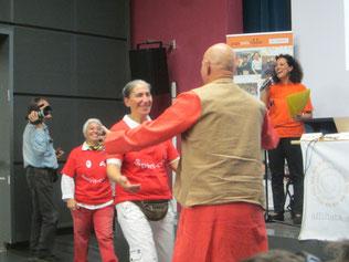"""ottobre 2014 il Dott. Kataria con un abbraccio spontaneo dopo la presentazione """"YDR E DISABILITA'"""" 1° Seminario pubblico Italiano a cura dell'Associazione Nazionale yoga della risata"""