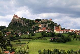 Riegersburg auf dem Hügel mit dem Ort im Vordergrund