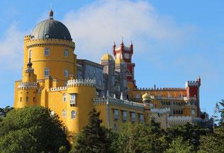 Verspielter Pena Palast in gelb und rot mit vielen Türmchen