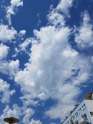 Achtsamkeit: Wolken am Himmel über Köln