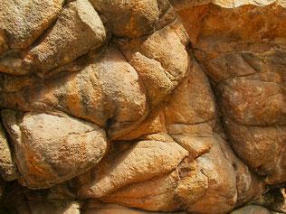 ein Felsen-Detail etwa 10 m hoch und 20 m breit