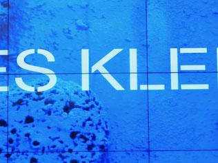 Yves Klein beherrscht die Farbe Blau wie kein anderen
