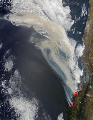 チリの太平洋に面する地域に大規模な山火事が発生 from NASA's Terra satellite.