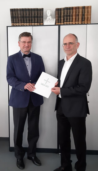 Pfarrer i.R. Dr. Harald Rabe (links) mit Superintendent Christian Behr