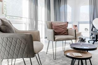 Businessfoto vom Empfangsbereich mit gemütlichen Sesseln im Kosmetikinstitut Hautgenuss in Kreuzau.