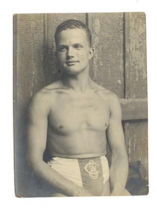 Robert Köllner um 1910 mit Klublogo des 1. Wiener Amateur-Schwimmclubs. Bild © Dr. A. Lind