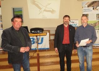 NABU-Ehrennadel in Bronze für Mario Vormbaum (rechts). Foto: Karsten Peterlein