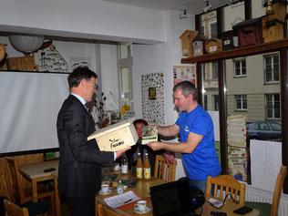 Karsten Peterlein vom NABU Leipzig (rechts) übergab dem Gast aktuelles Informationsmaterial und einen Nistkasten für den Star, Vogel des Jahres 2018. Foto: Beatrice Jeschke