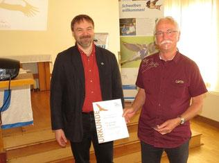 NABU-Ehrennadel in Bronze für Steffen Wagner (rechts). Foto: Karsten Peterlein