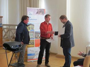 NABU-Ehrennadel in Bronze für Wolfgang Kulick (Mitte). Foto: Karsten Peterlein
