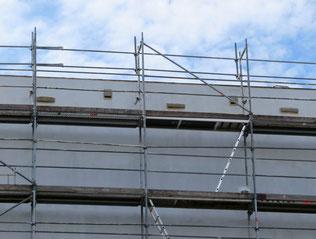 Ersatzquartiere für Mauersegler, Haussperlinge und Fledermäuse wurden an der Fassade der Plattenbauschule angebracht. Foto: NABU Leipzig