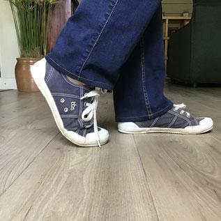 bas d'un jean porté avec des sneakers bleu