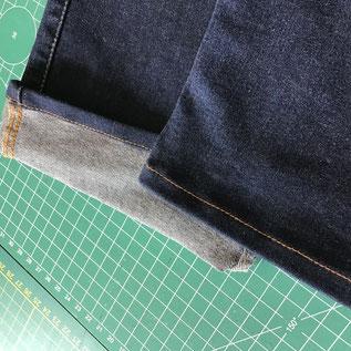 gros plan sur un ourlet de pantalon retourné sur l'envers