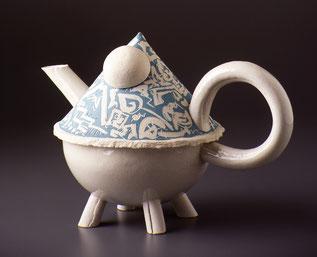 Serie von Teekrügen auf vier Beinen in Plattentechnik aus Porzellan geformt, farbig dekoriert