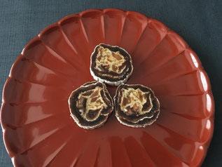 柿寿賀。柚子皮を芯に干し柿を巻いたお菓子。素朴なのに洗練された味わいです。