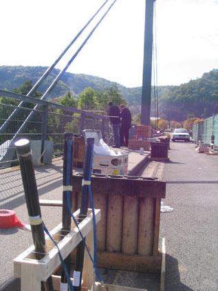 Montage des Frontenfeuerwerkes auf der Brücke
