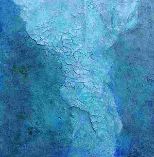 Een zachtblauwgroen schilderij, met in het midden een band van lichtblauw/parelmoer getinte craquelé