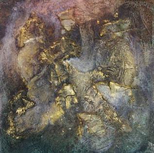 schilderij met craquelé structuur met vrij donkere tinten en daarover heen subtiele goud accenten.