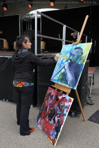 Antje Püpke malt live vor der Bühne des Percussionfestival an ihren Bildern.