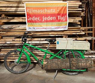 Lastenrad mit großem Gepäckträger und Seitenlastaufnahmen für die Möbelmontage, so fahren wir klimaneutral zu unseren Kunden