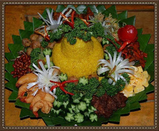 Nasi tumpeng (お祝いご飯の盛り付け)