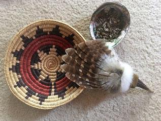 Hochzeitskorb, Fächer und Räucherschale, als Grundlage schamanischer Reinigung
