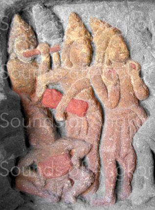 Tambour en sablier. Détail du linteau du Vat Ang Khna. VIIe s. Musée National du Cambodge.