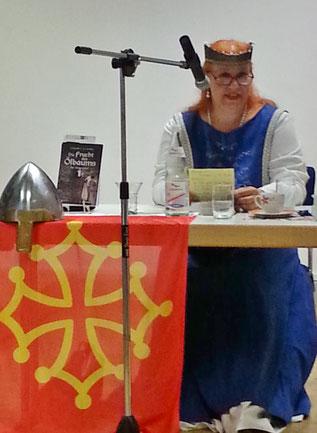 """Autorin Gabrielle C. J. Couillez beim Vortrag zu ihrem Roman """"Die Frucht des Ölbaums"""""""
