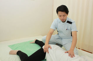 伏臥位で骨盤を自動補助ゆらしで股関節、骨盤の深層筋を調整します