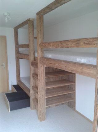 3er Bett aus original Handbeschlagenen Altholzbalken.