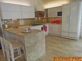 Kommunikativer Essbereich im Blockhaus zum Wohlfühlen  - Wohnblockhaus Holstein - Träumen, planen und bauen mit Stil - Hausbau