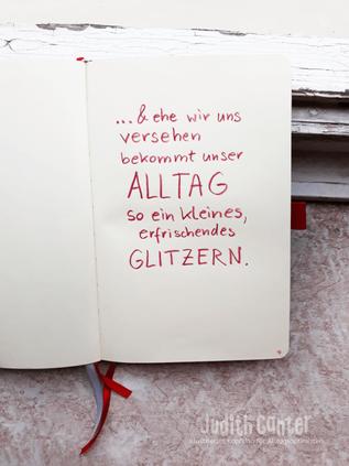Spruch - & ehe wir uns versehen bekommt unser Alltag so ein kleines, erfrischendes Glitzern - Judith Ganter - Illustriertes Kopfkino für Alltagsoptimisten - Tagebuchprojekt Achtsamkeit - 9 KREATIVE IDEEN ACHTSAMKEIT ALLTAG - INSPIRATION TAGEBUCH