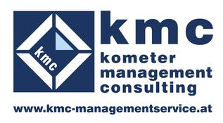 kometer management consulting (kmc) Logo weißes unterbrochenes Quadrat auf blauem Grund, Text blockartig angeordnet