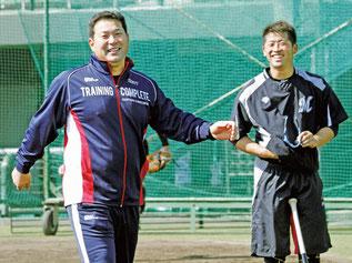 キャンプイン前日、グラウンドを視察し笑顔を見せるロッテ・伊東監督。右は清田(共同)