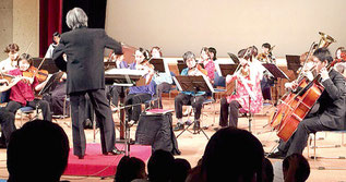石垣フィルのファミリーコンサートが開かれた=27日午後、市民会館中ホール