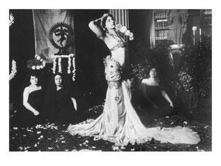 Mata Hari, exécutant des danses brahmaniques au musée Guimet, mars 1905.
