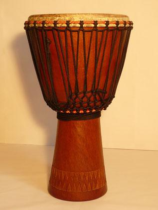Djembe Mahagoni Holz mit Fussschnitzerei