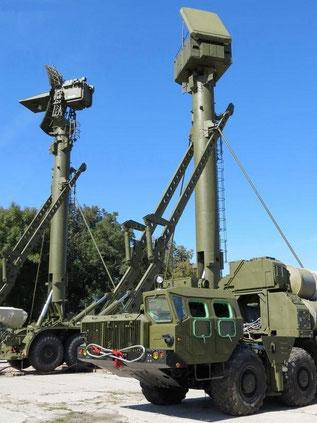 Две вышки 40В6МР с поднятыми на них антенными постами разных РЛС