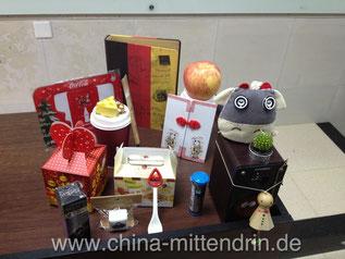 Studenten beschenken ihren Dozenten zum Geburtstag. Die Geschenke sind ein Mix aus süßen und unnützen Dingen, viele liebevoll verpackt. Nützlich müssen Geschenke in China nie sein. Aber schön (oder te