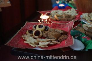Selbstgebackene Kekse auf einer studentischen Weihnachtsfeier. Hier wird ganz sicher alles bis auf den letzten Krümel weggeputzt. Anstandsrest? Fehlanzeige.