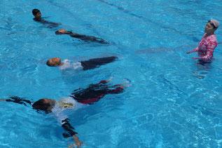 6年生代表7名が着衣水泳にチャレンジ!