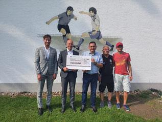 Auf dem Foto von links: Ludwig Hurle (VR-Bank),  Marco Scharbatke (VR-Bank), Vorstand Roland Müller, Trainer der Bambinis Ernst Dittenhauser und Stefan Dittrich
