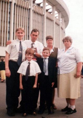 Я и дети рабочих - молоденький Паша Зверев по правую руку