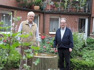 Pater Hermann (l.) und Prof. Franz-Josef Nocke im Garten der Karmel-Kommunität. (RP-Foto: Andreas Probst)