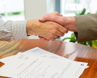 Händedruck nach einem Vertragsabschluss